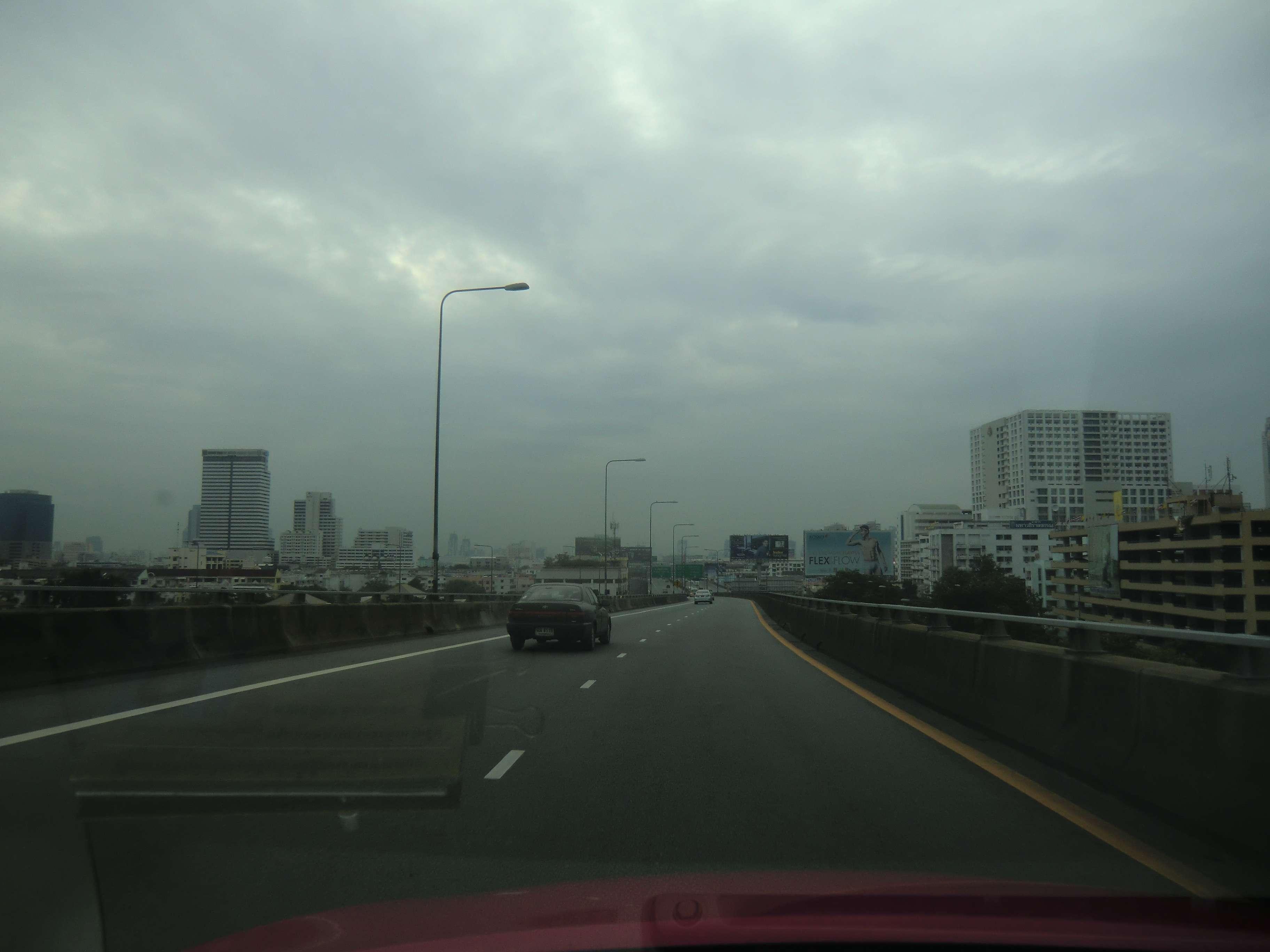 auf der Autobahn zum Flughafen